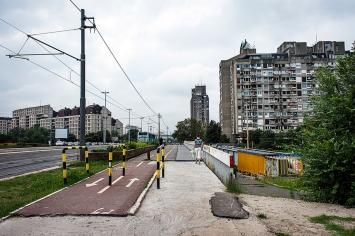 Il ponte che taglia il quartiere di Novi Beograd