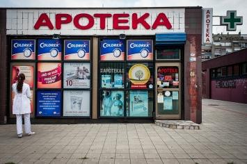 Esercizi commerciali, piccoli centri e botteghe si alternano ai nuovi centri commerciali nel quartiere di Novi Beograd