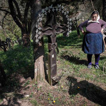 In occasione della Pasqua le donne visitano i cimiteri per pulire e sistemare le tombe dei cari.