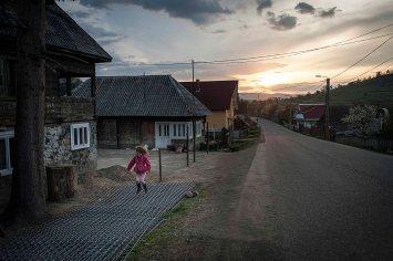 Per i bambini la Pasqua è una grande occasione di festa e per ricongiungersi con i genitori, spesso costretti a lavorare all'estero.