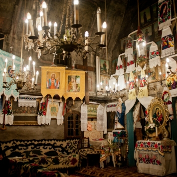 Nel caratteristico villaggio di Budesti si trova la chiesa di Josani, tra le chiese on legno più belle del Maramures, riconosciuta patrimonio dell'Unesco.