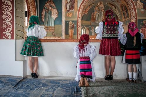 I villaggi rurali di Budesti, Calinesti e Surdesti nel giorno della domenica pasquale diventano un vero e proprio trionfo di colori e tradizioni.