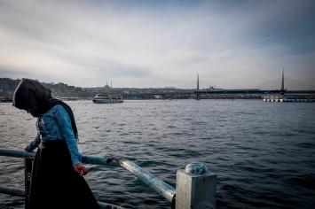 Sul pontile di Galata ogni giorno si affacciano turchi e turisti per ammirare un'incantevole vista su tutto lo stretto.
