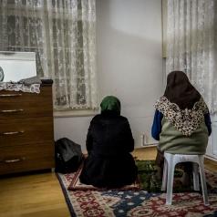 Donne in preghiera prima di assistere al tradizionale spettacolo di servisci in una moschea del quartiere Fatih.