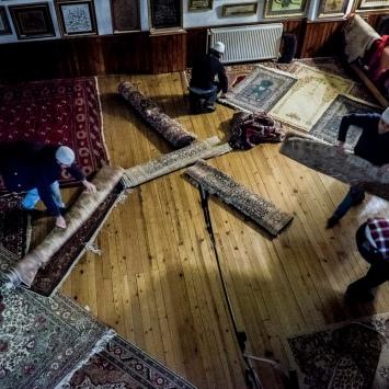 Fedeli sistemano la sala in attesa dell'inizio del tradizionale spettacolo dei dervisci rotanti.