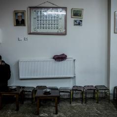 A valle della Moschea di Fatih sorgeva un tempo il bazar delle donne, dove ora si susseguono negozi di spezie, macellerie, antiche botteghe e bar dove uomini si ritrovano a bere chai e giocare a scacchi.