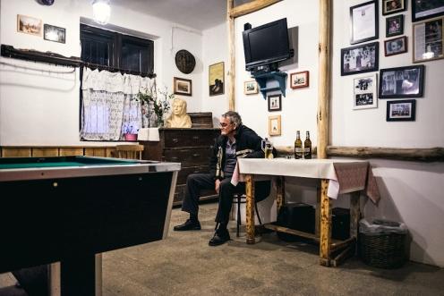 Per due giorni il paesino di Holloko diventa il cuore pulsante della valle ungherese. Gli anziani del villaggio cercano un po' di pace nel bar principale del paese.