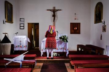 Alla fine della funzione pasquale, le anziane del paese ripongono le reliquie nella piccola chiesa al centro del villaggio.