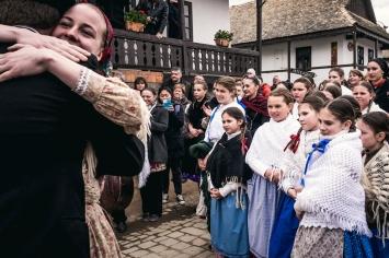 Per tutta la durata della manifestazione ragazzi e rafazze di tutte le età improvvisano canti e balli popolari per le vie del paese. Si tratta principalmente di balli della tradizione dei Carpazi.