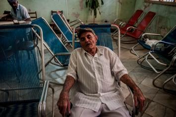 Un anziano durante la sua siesta, all'interno di un centro diurno di assistenza alla terza età.