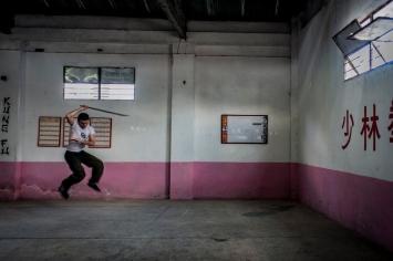 Un atleta si allena in una palestra al centro di Regla.