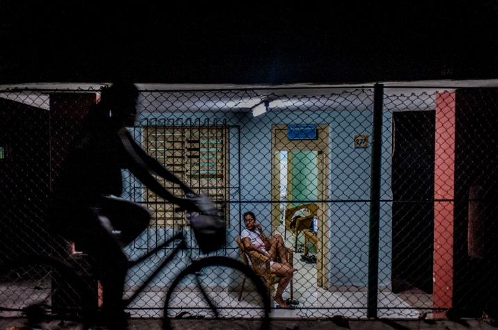 L'architettura tipica di molte delle case cubane prevede il patio, luogo dove molte persone siestano all'ombra di un albero, sulle caratteristiche sedie a dondolo.