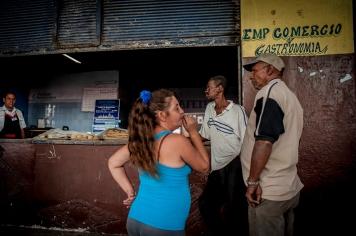 Come in ogni città, attorno al mercato si aggirano storie e persone di vario tipo, in attesa di fare affari o semplicemente per fare vita sociale.
