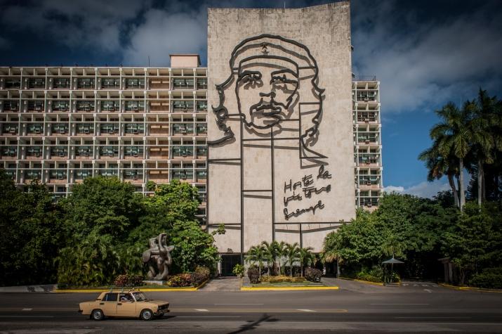 Placa della revolution, dove campeggiano il mausoleo e le insegne dedicate ai celebri guerriglieri rivoluzionari.