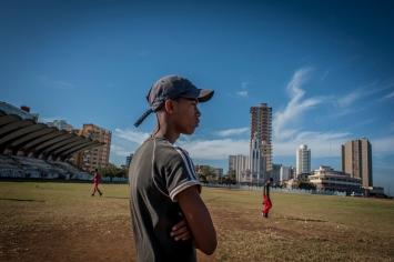 Lo sport è molto importante per i cubani. Ragazzi si allenano a baseball in uno dei tanti centri sportivi dismessi alla periferia della città.