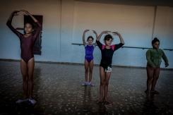 Lo sport per i cittadini cubani è molto importante. Una classe di danza prova e si allena sotto l'occhio vigile dell'insegnante