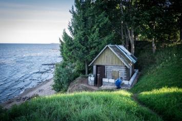 Kallaste, a 8 km a nord di Alatskivi, ospita un insediamento di vecchi Credenti fin dal 1720 quando l'aera era nota come krasniye Gori per via delle scogliere di arenaria rosse, alte fino a 11 metri