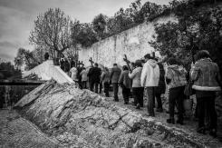 fedeli raggiungono il punto più alto della cittadina di Obidos dove si trova l'ultima stazione della via sacra