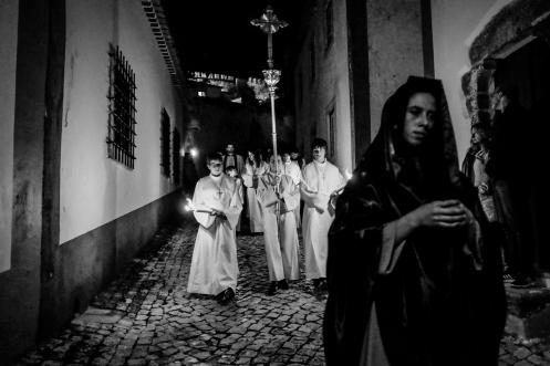 La processione dei misteri si dispiega durante la notte per le strade principali di Obidos